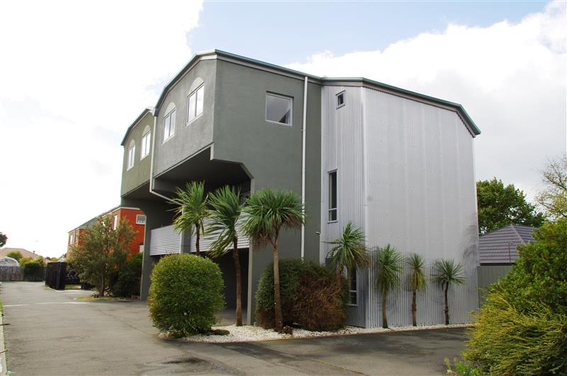 Trendy Townhouse In Convenient Location